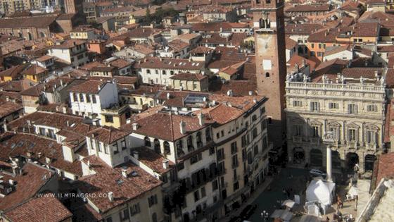 I tetti di Verona e Piazza delle Erbe viste da Torre Lamberti