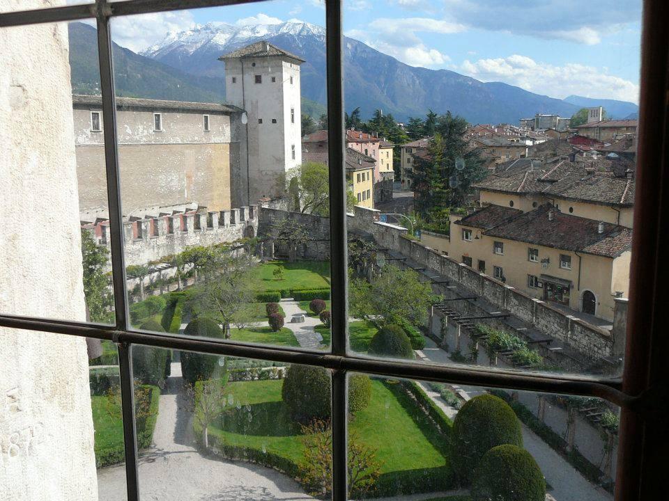 Torre Aquila che sovrasta il giardino del Castello