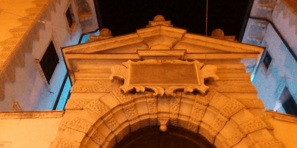 Il portone di Palazzo Angiolini