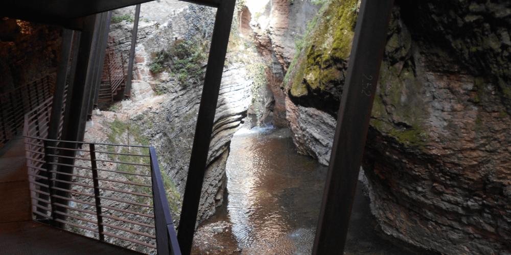 Uno scorcio dalla passerella prima della cascata