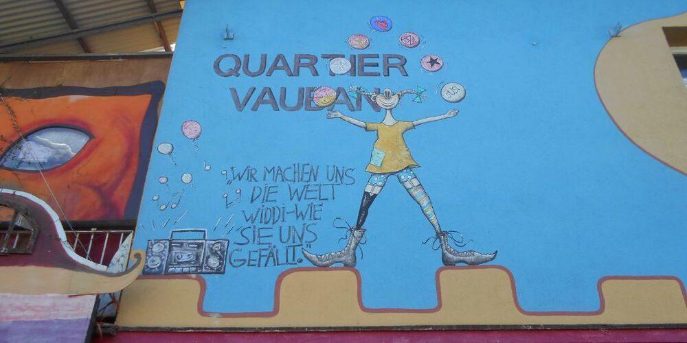 Il murales all'entrata del quartiere Vauban