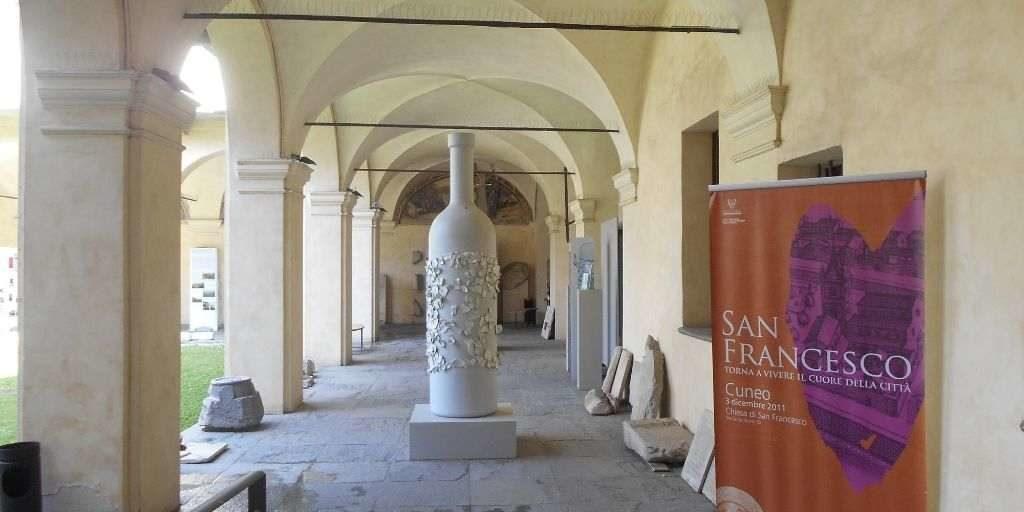 Il chiostro del Complesso di San Francesco con una piccola esposizione d'arte contemporanea