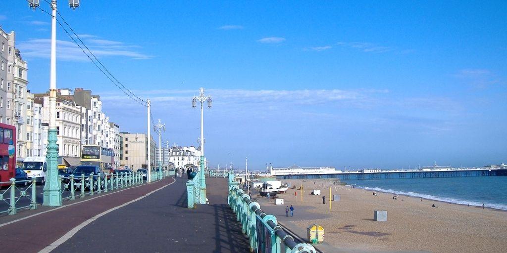 Cosa vedere a Brighton? Il lungomare con i Piers