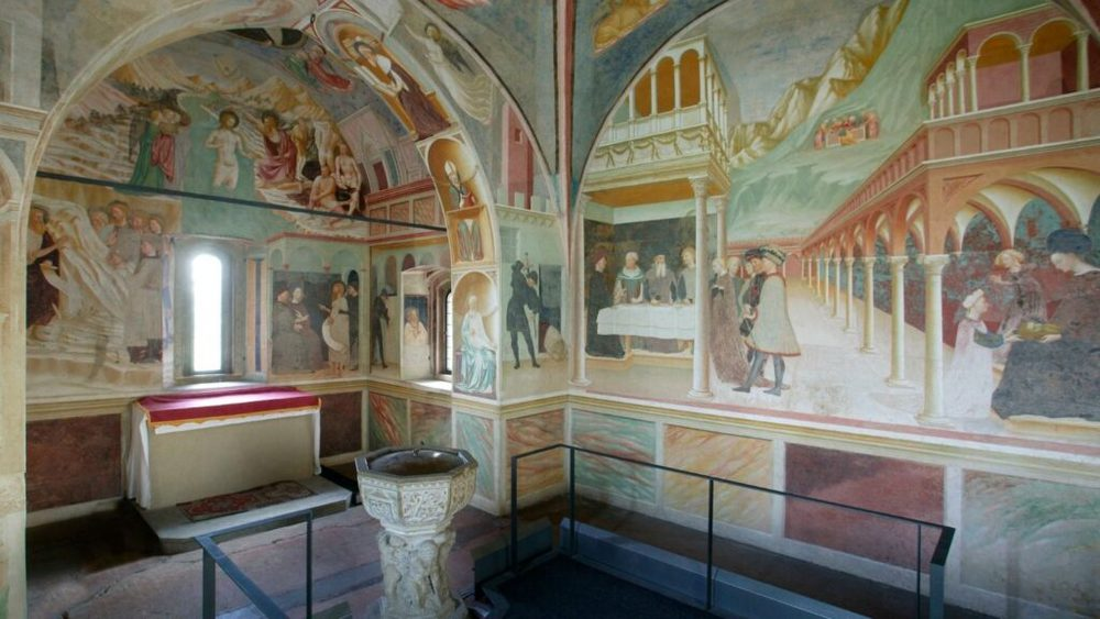 Alcuni affreschi all'interno della Collegiata