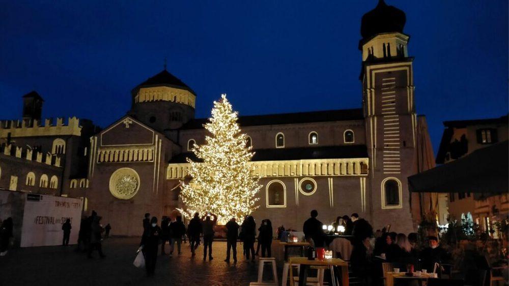 Piazza Duomo con le illuminarie di natale a Trento